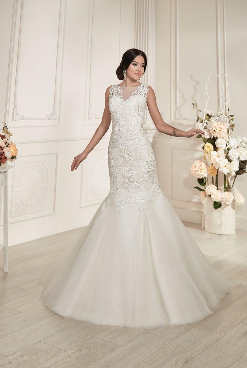 Облегающее свадебное платье «русалка» с фактурной отделкой от корсета до середины подола.