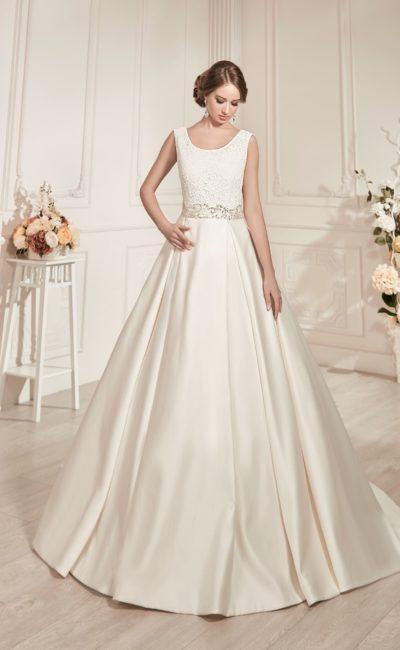 Свадебное платье со сдержанным лифом с округлым вырезом и пышной атласной юбкой.