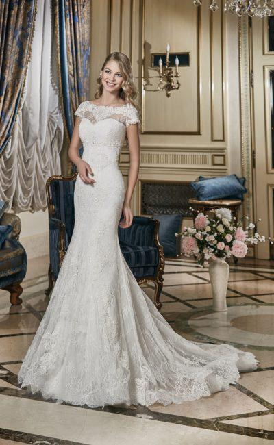 Свадебное платье с элегантным верхом с короткими рукавами, декорированным плотным кружевом.