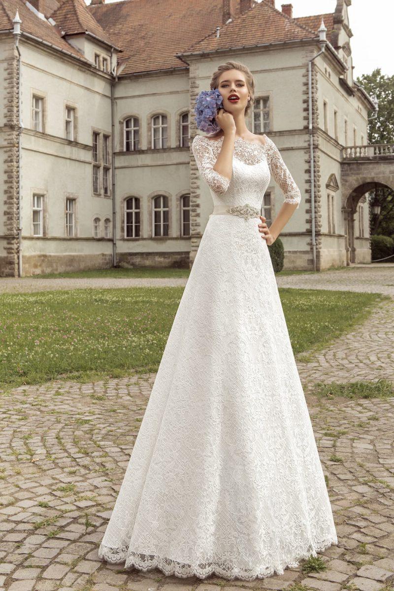 Свадебное платье «принцесса» с закрытым верхом, длинным рукавом и кремовым атласным поясом.