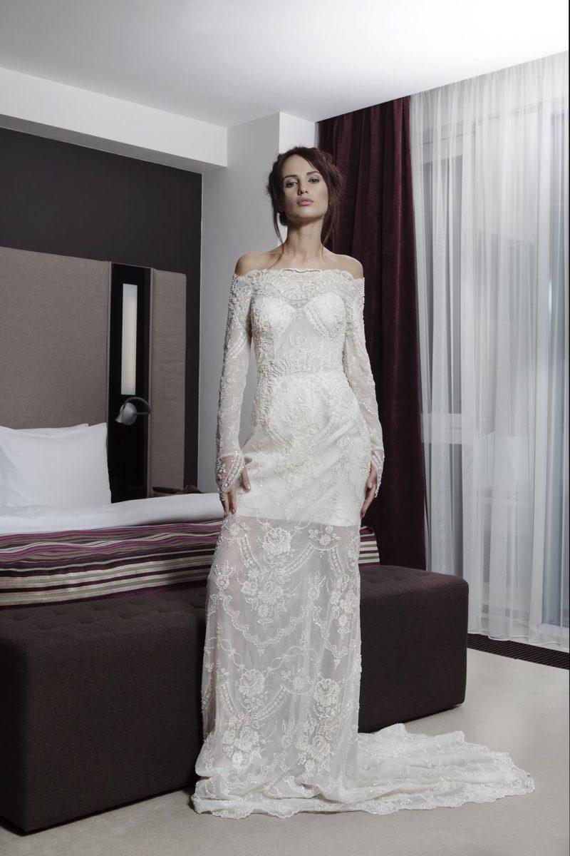 Прямое свадебное платье с портретным декольте и полупрозрачной кружевной юбкой.