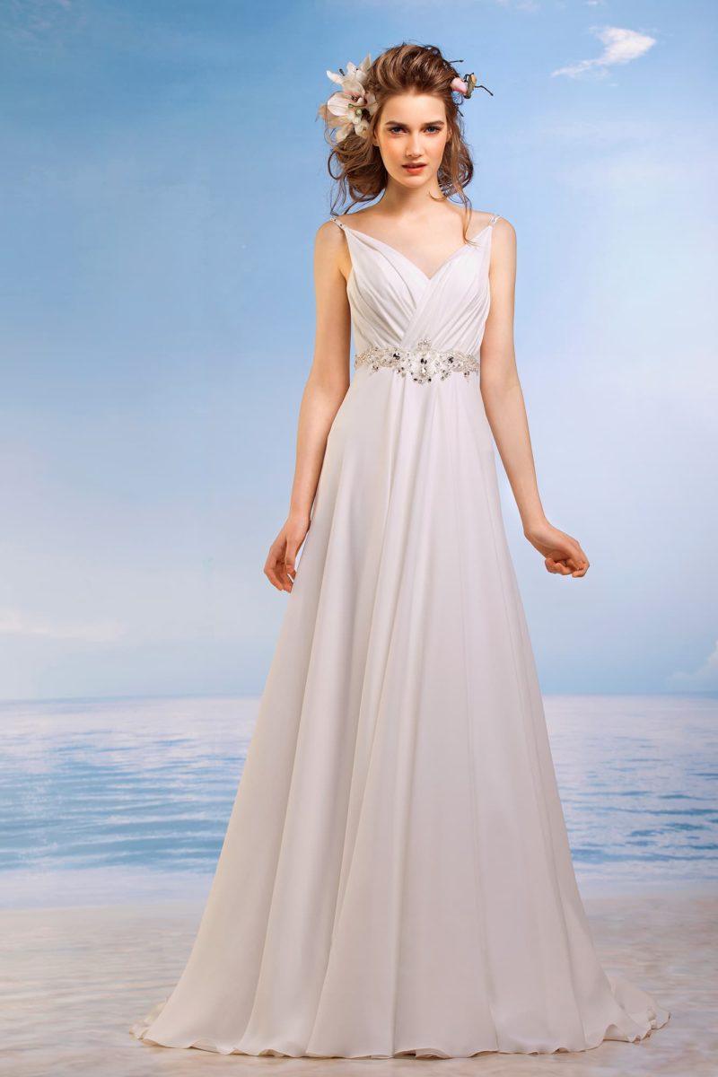 Прямое свадебное платье с сияющим поясом и драпировками по лифу с узкими бретельками.