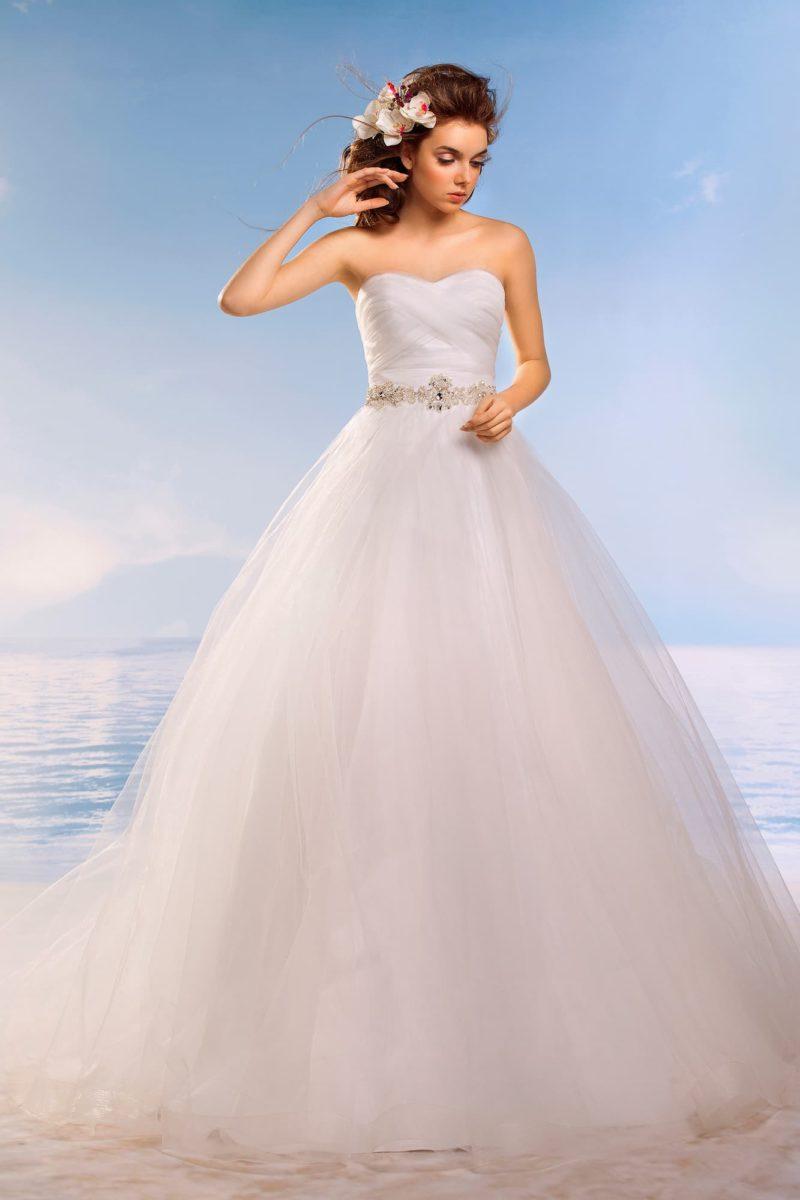 Роскошное свадебное платье с нежными драпировками по корсету и объемной юбкой.