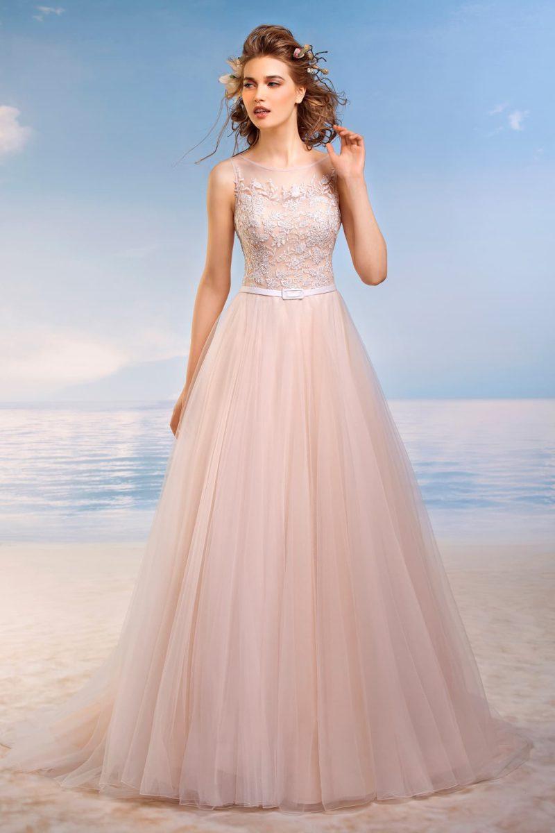 Персиковое свадебное платье с многослойной юбкой и кружевным декором закрытого верха.