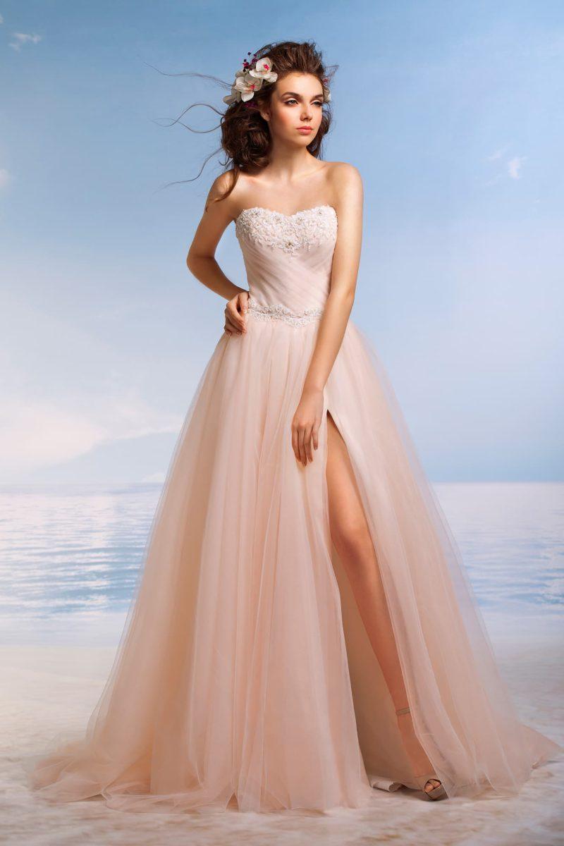 Пышное свадебное платье с многослойной розовой юбкой и притягательным корсетом с бисером.