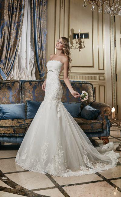 Свадебное платье с многослойной юбкой «русалка» и открытым лифом прямого кроя.