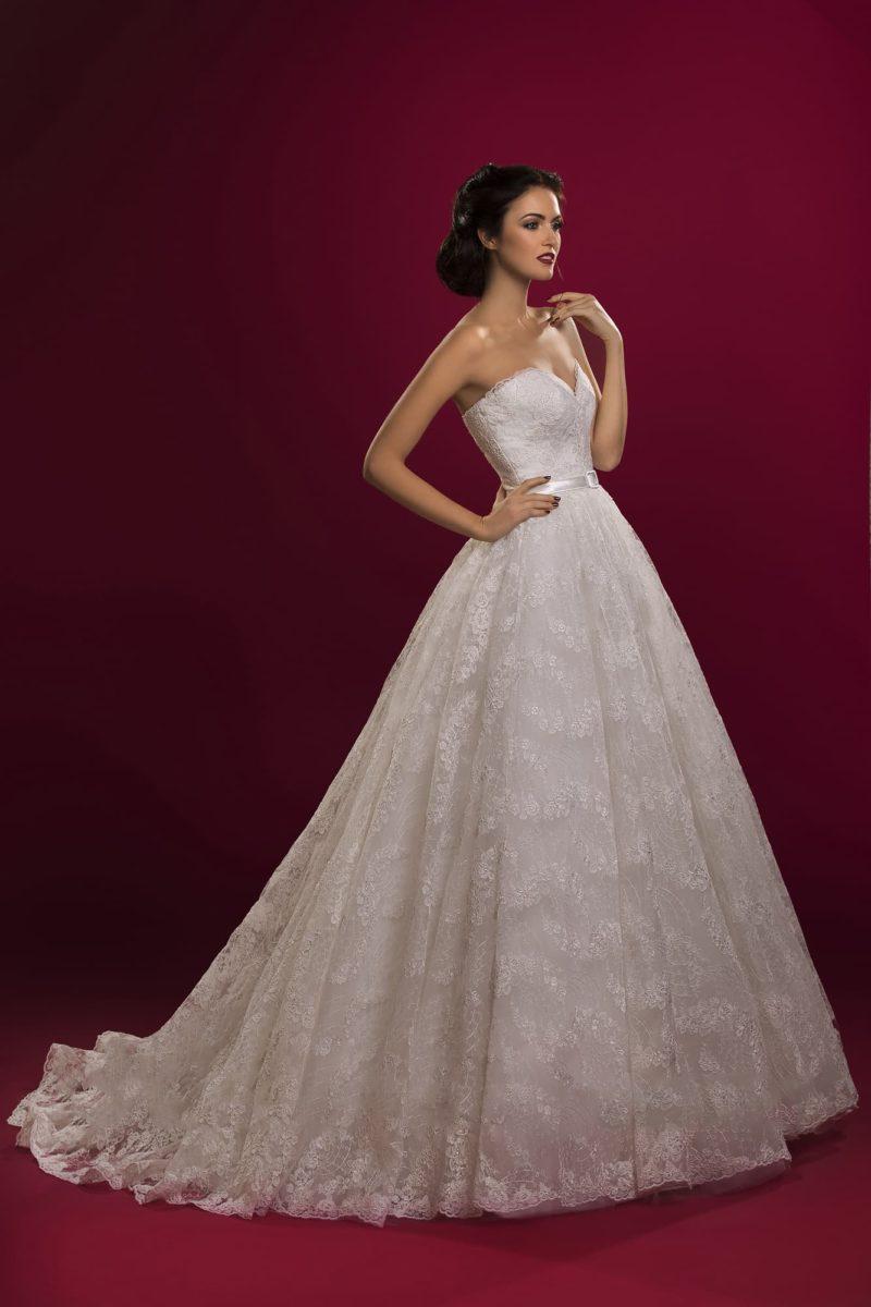 Свадебное платье с лифом в форме сердца и узким поясом, по всей длине покрытое кружевом.
