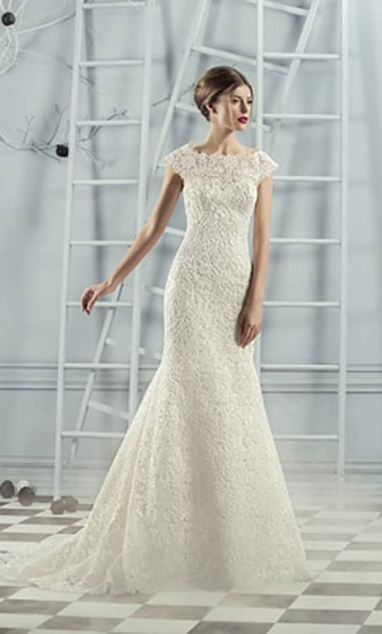 Облегающее свадебное платье из фактурного кружева с небольшим шлейфом сзади.