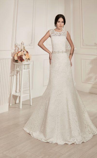 Кружевное свадебное платье «рыбка» с открытой спинкой и элегантным поясом из бисера.