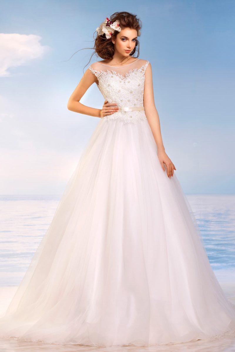 Закрытое свадебное платье пышного кроя с кружевным декором корсета и узким сияющим поясом.