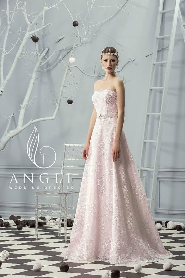 Розовое свадебное платье пышного кроя, покрытое плотным фактурным кружевом.