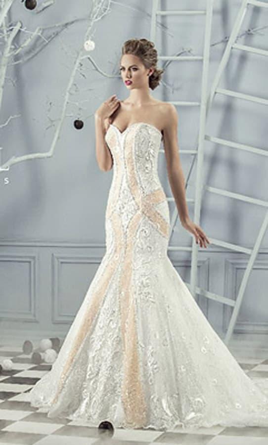 Открытое свадебное платье «рыбка» с кремовой отделкой и вышивкой.