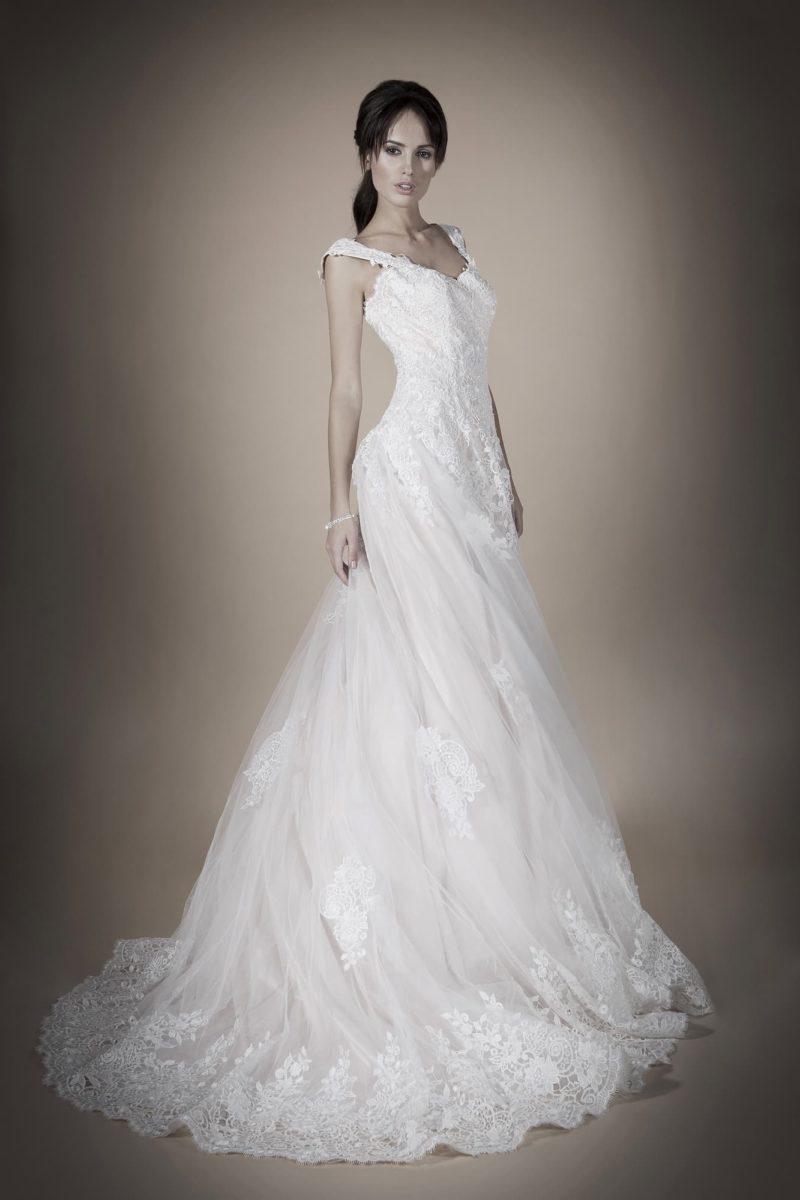 Свадебное платье «принцесса» с широкими кружевными бретелями и открытой спинкой.