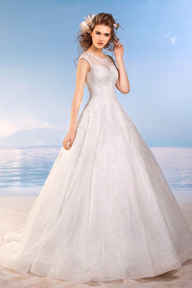 Закрытое свадебное платье «трапеция» с округлым вырезом под горло и короткими рукавами.