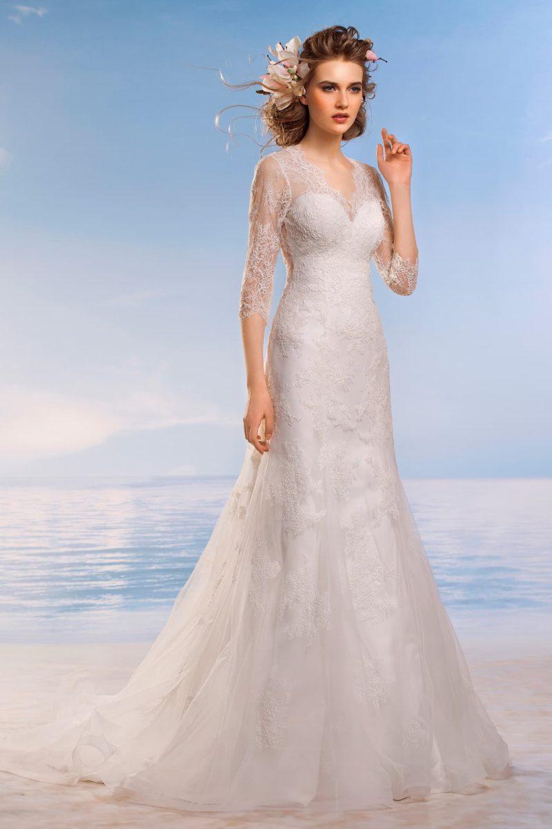 Облегающее свадебное платье с длинными кружевными рукавами и V-образным декольте.