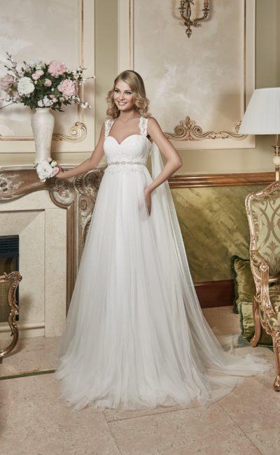 Прямое свадебное платье с завышенной линией талии, кружевными бретелями и роскошным шлейфом.
