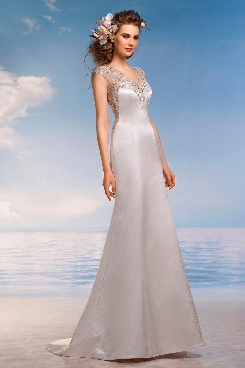Атласное свадебное платье облегающего кроя с сияющей вышивкой на прозрачной вставке над декольте.