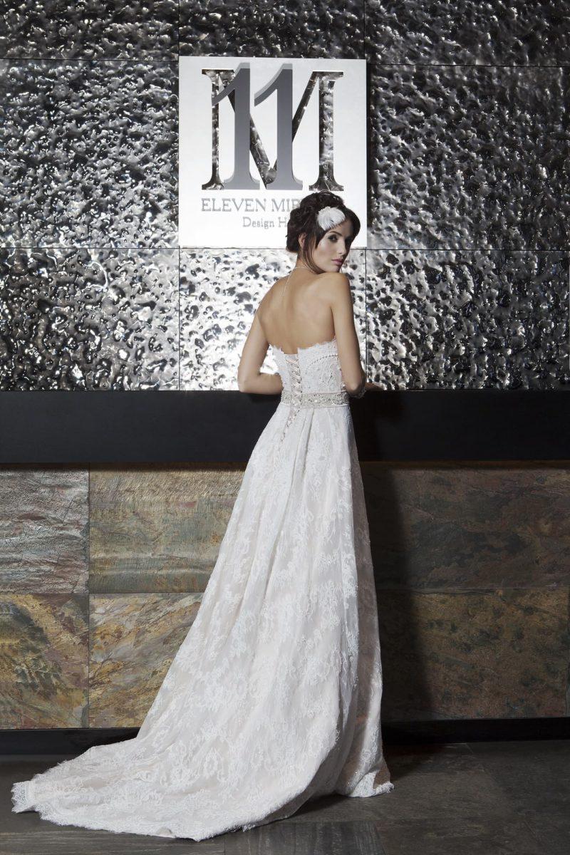 Кружевное свадебное платье прямого кроя с открытым лифом и торжественным шлейфом.