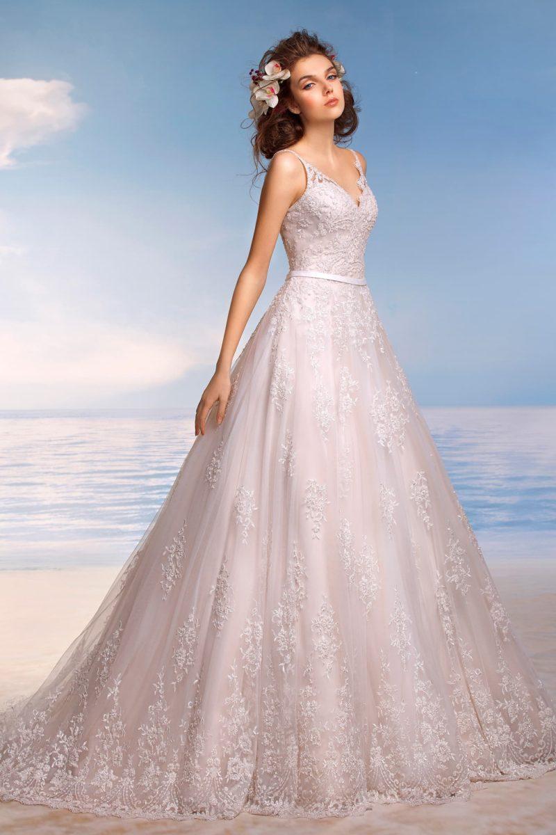 Свадебное платье с роскошной юбкой «трапеция» и узкими кружевными бретелями.