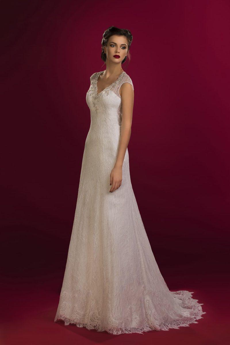 Изящное свадебное платье с округлым вырезом на спинке и бисерной отделкой небольшого декольте.