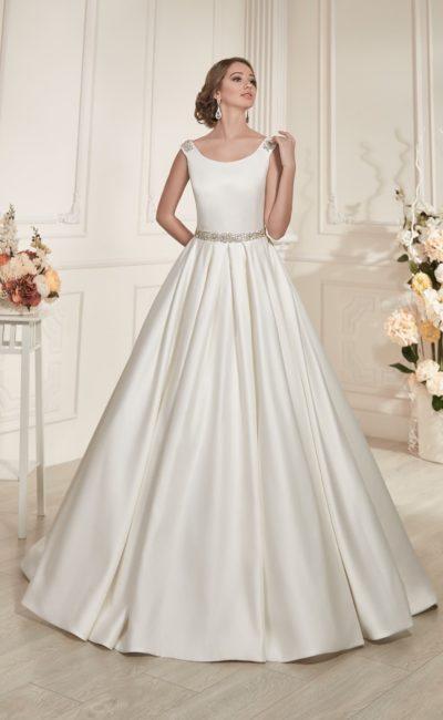 Свадебное платье из атласной ткани, с пышной юбкой и открытой спинкой с оригинальным декором.