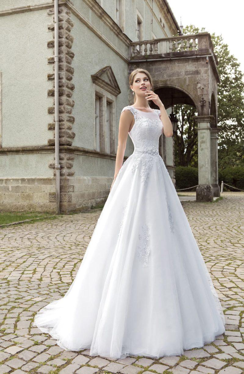 Свадебное платье с кружевным декором корсета и полупрозрачной вставкой над лифом.