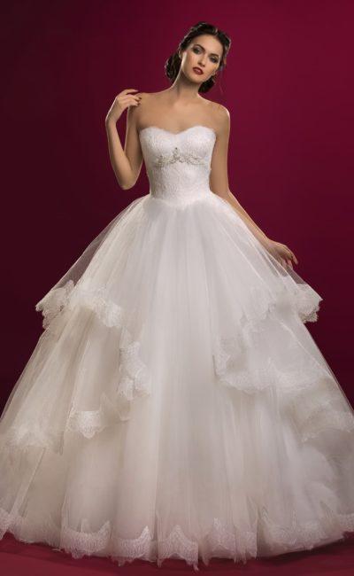 Открытое свадебное платье с изящным корсетом и потрясающей юбкой с прозрачными оборками по бокам.