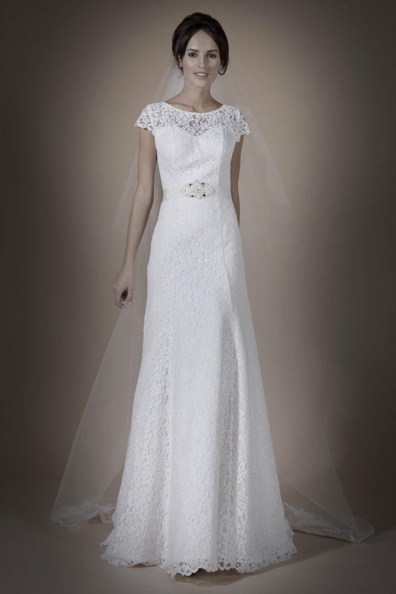 Деликатное свадебное платье с короткими кружевными рукавами и бисерным декором пояса.