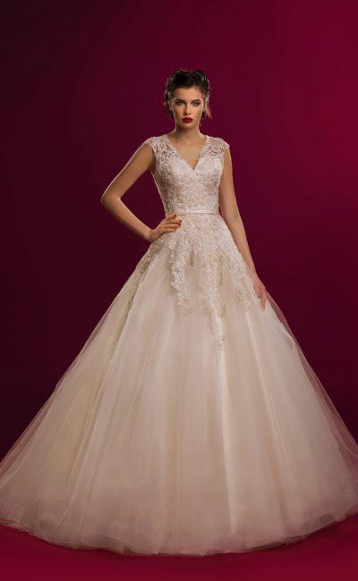 Пышное свадебное платье с V-образным вырезом и фактурной кружевной отделкой по корсету.