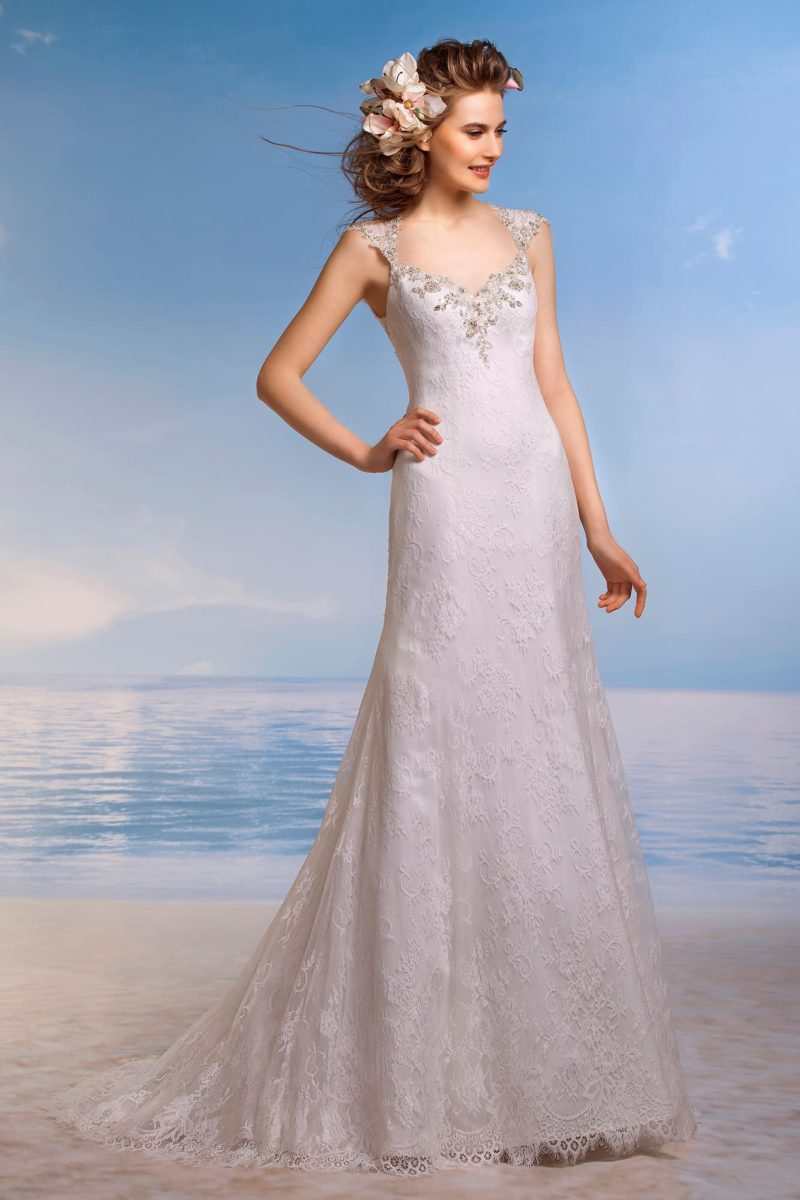 Стильное свадебное платье с широкими сияющими бретелями и вышивкой на лифе в форме сердца.