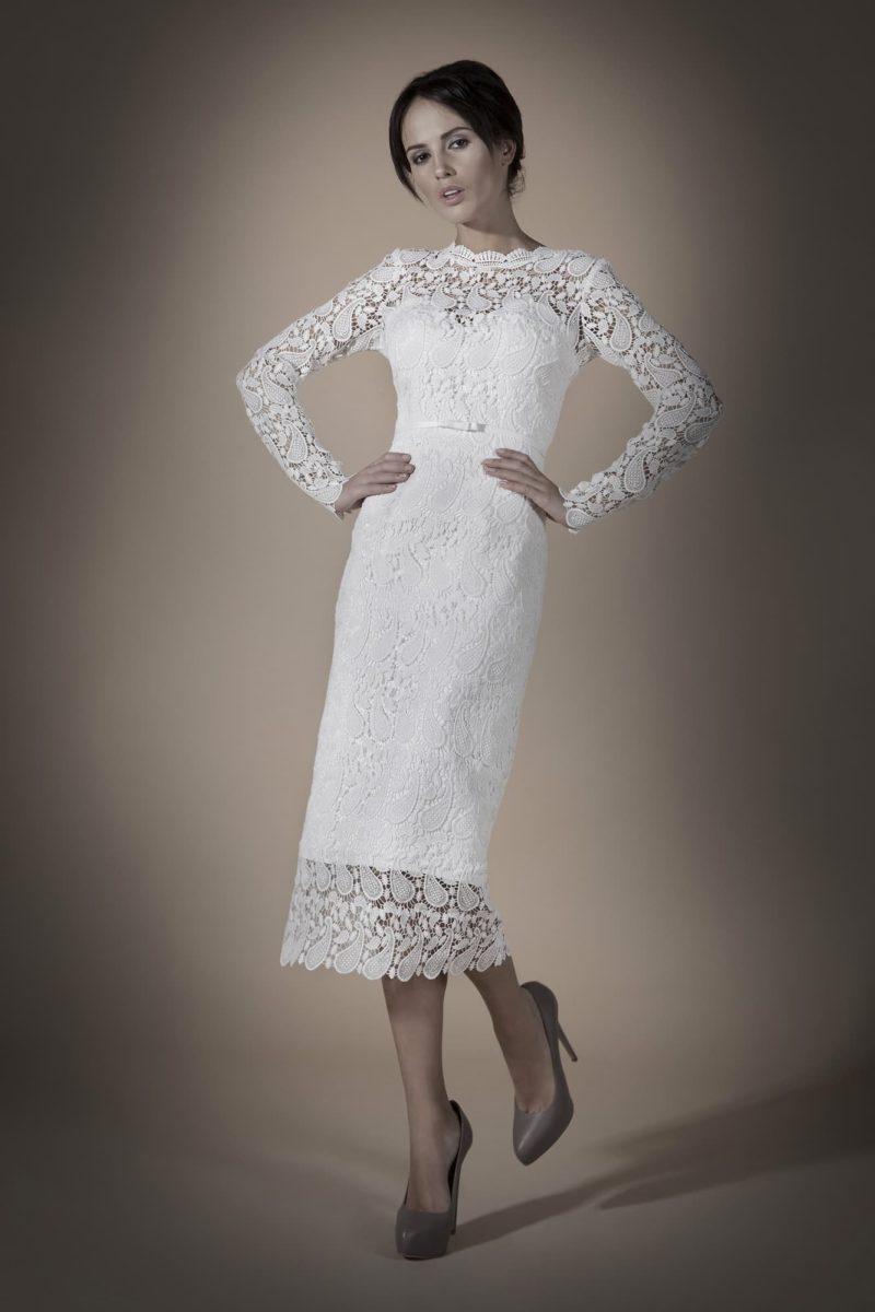 Стильное свадебное платье длины «миди» с элегантными кружевными рукавами и открытой спиной.