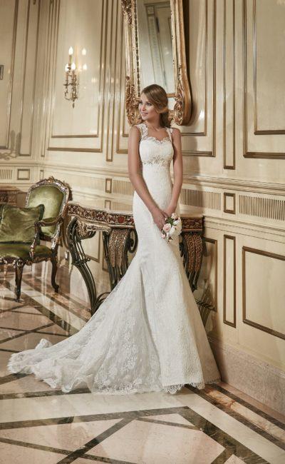 Облегающее свадебное платье  с широкими кружевными бретелями и роскошным шлейфом.
