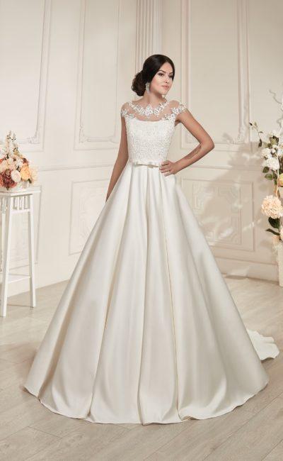 Атласное свадебное платье с кружевной отделкой корсета и потрясающе длинным шлейфом.