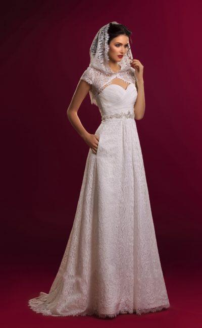 Свадебное платье с кружевной отделкой юбки и романтичным кружевным капюшоном.