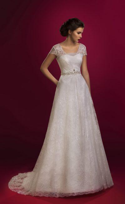 Элегантное свадебное платье с короткими кружевными рукавами и юбкой кроя «трапеция».