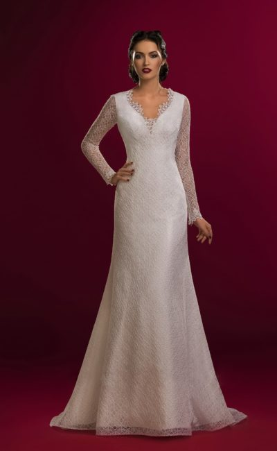 Кружевное свадебное платье с вырезом на спинке и длинными полупрозрачными рукавами.