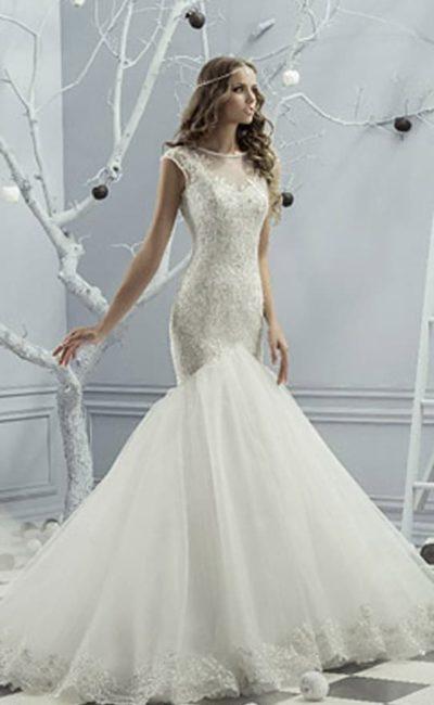 Свадебное платье с эффектной юбкой «рыбка» и фактурным верхом с тонкой вставкой.