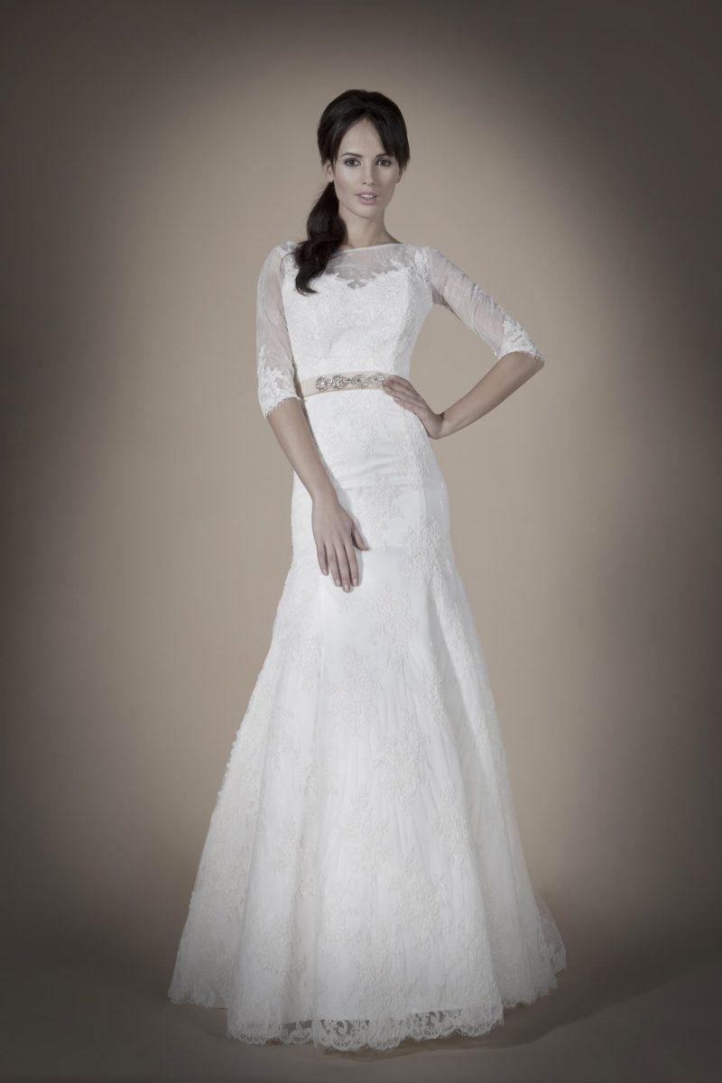 Свадебное платье «рыбка» с полупрозрачной вставкой сзади, рукавами три четверти и поясом.