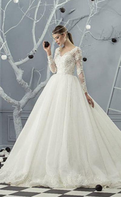 Великолепное свадебное платье с изысканным многослойным низом со шлейфом.