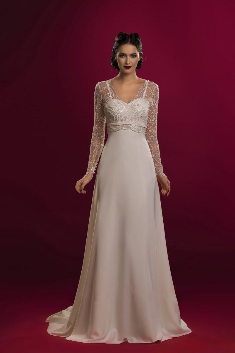 Изысканное свадебное платье прямого кроя с длинными кружевными рукавами и открытым лифом.
