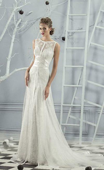 Прямое свадебное платье с атласными лентами на закрытом корсете и юбке со шлейфом.