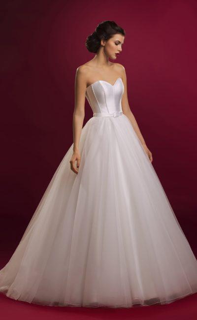 Стильное свадебное платье с открытым атласным корсетом и многослойной пышной юбкой.