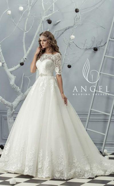 Свадебное платье с многослойной юбкой «трапеция» и коротким рукавом из кружева.