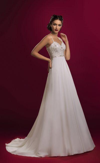 Прямое свадебное платье с узкими бретельками над лифом, украшенным бисерной вышивкой.