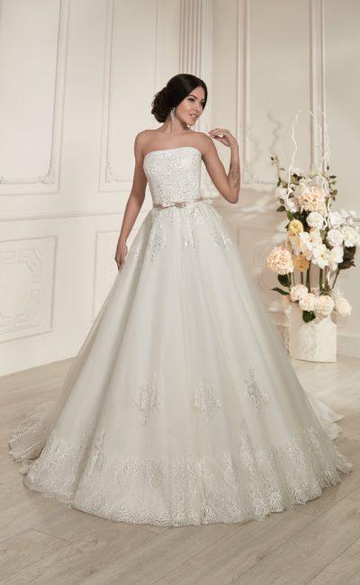 Свадебное платье с деликатным открытым корсетом и узким атласным поясом с бантом на талии.