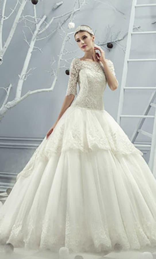 Пышное свадебное платье с изящными рукавами и многоярусной юбкой с кружевом.