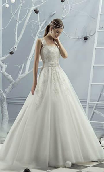 Традиционное свадебное платье с широким поясом на талии и элегантными бретелями.