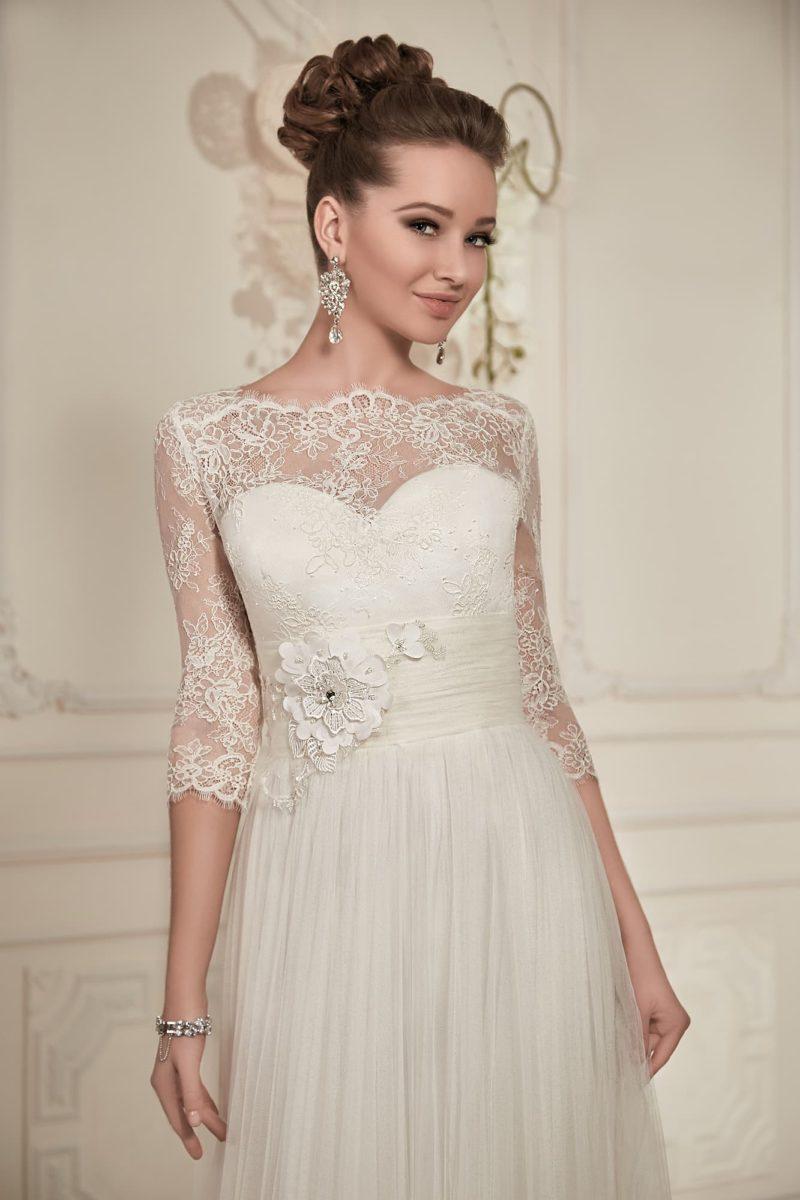 Свадебное платье с завышенной талией, очерченной широким поясом, и рукавом из кружева.