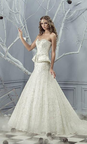 Свадебное платье с баской, украшенной бисером, и юбкой с верхом из кружевной ткани.
