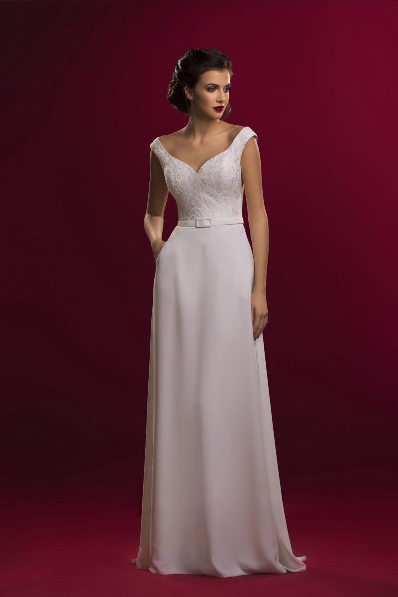 Прямое свадебное платье с элегантным V-образным декольте, обрамленным широкими бретелями.